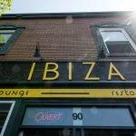 Le restaurant Ibiza est situé sur la rue de la Gare, au centre-ville de Saint-Jérôme.