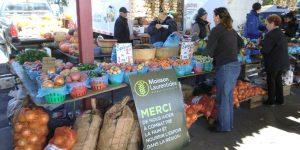 Le kiosque d'un des agriculteurs donateurs, Marcel Bélanger, au marché public de Saint-Jérôme.