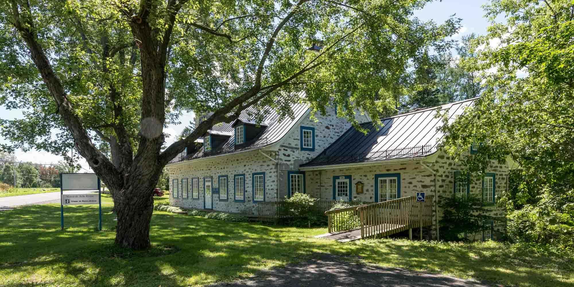 La manoir de Belle-Rivière a été construit en 1804.
