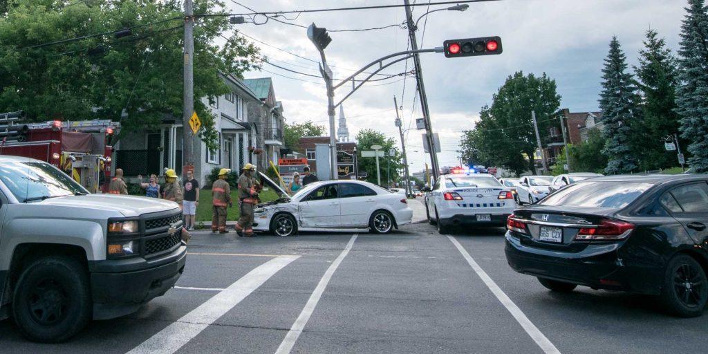 Une voiture et un autobus ont eu un accident au centre-ville de Saint-Jérôme, le 18 juillet 2016.