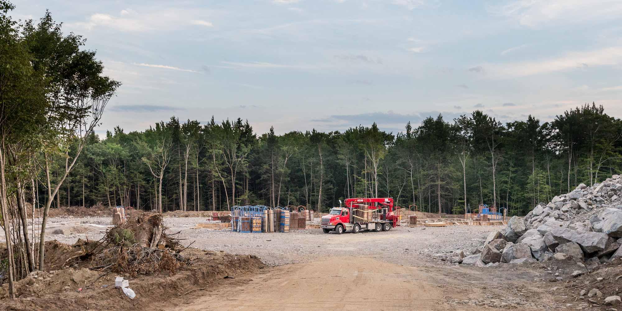 La quatrième école de Saint-Colomban sera construite sur le chemin du Lac-Rinfret. L'état du chantier au 11 août 2016.