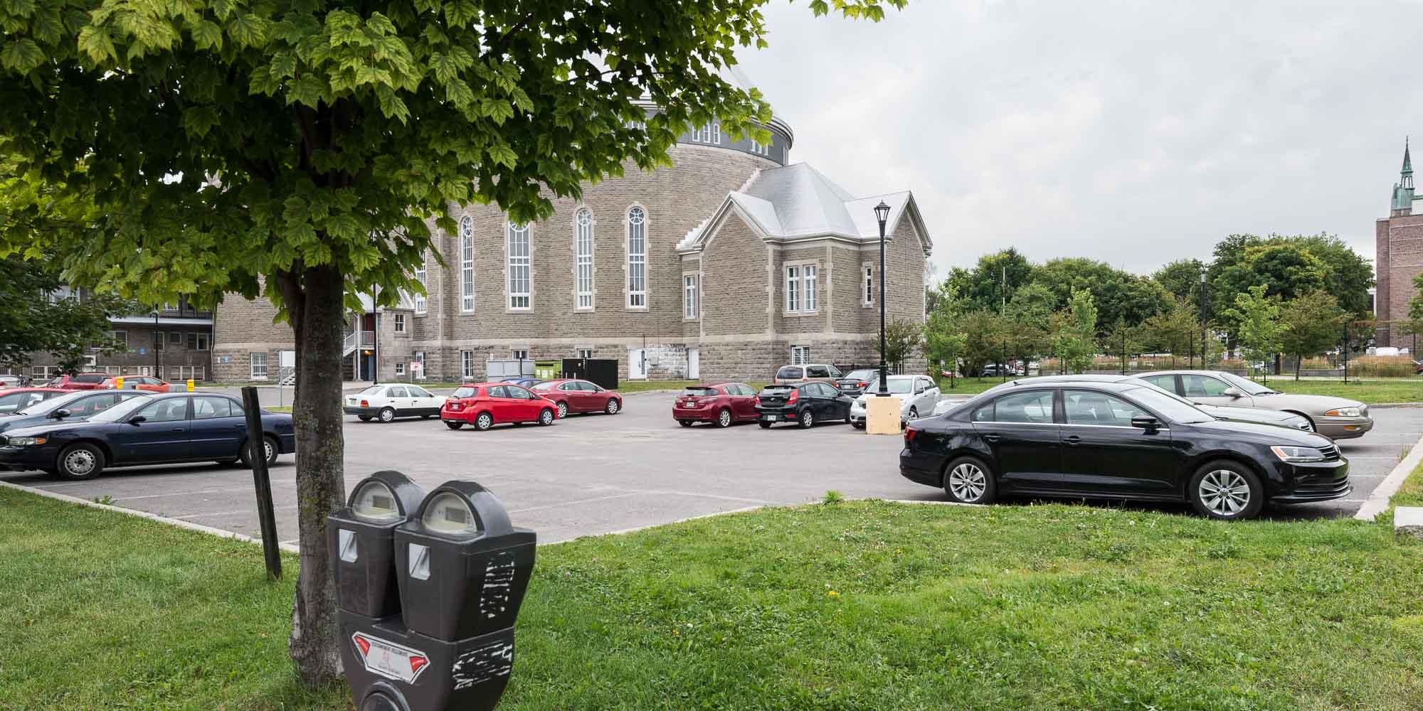 Ce sont près de 80 places qui pourraient devenir payantes, au même prix que le stationnement public, pour la Cathédrale de Saint-Jérôme.