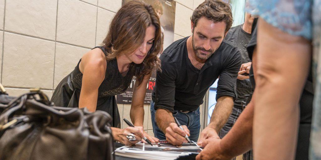 Madeleine Péloquin et Guillaume Lemay-Thivierge signent des autographes au Carrefour du Nord de Saint-Jérôme, le 28 août 2016.