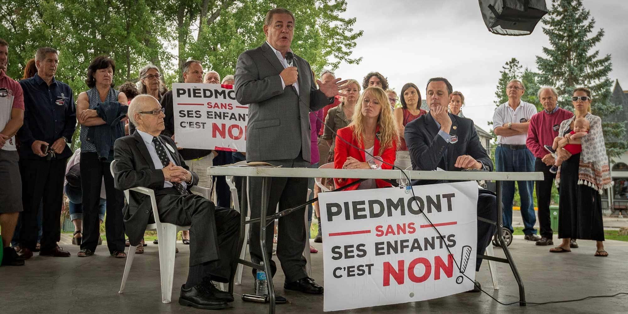 Le maire de Piedmont Clément Cardin, l'ex-député Jacques Duchesneau, la présidente de l'Association de citoyens Claudine Ouellette et le député de Chambly Jean-François Roberge, porte-parole de la CAQ en matière d'éducation, à Saint-Sauveur le 31 août 2016.