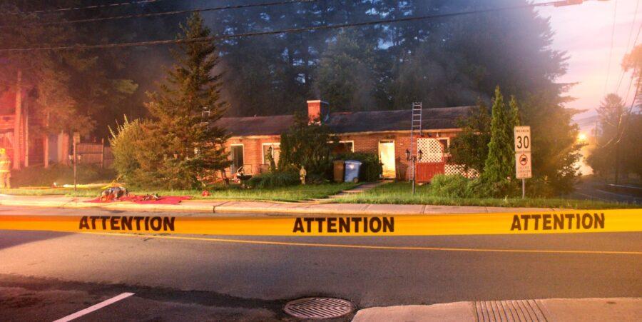 Les pompiers ont maîtrisé l'incendie de cette maison en 2 heures, sur la rue Sigouin à Sainte-Adèle, le 21 août 2016. Photos Alexandre Parent-Léveillé