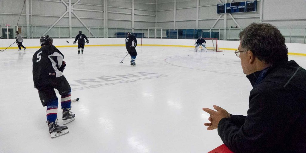 Michel Gagnon regarde les joueurs du Saint-Jérôme Plus s'échauffer à quelques jours du match des Anciens Canadiens, prévu le 24 septembre 2016.