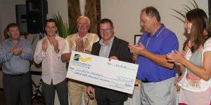 Les administrateurs de la Fondation et le président d'honneur du tournoi de golf de la Fondation médicale, Mario Leclair, avec le chèque de 31 260$.