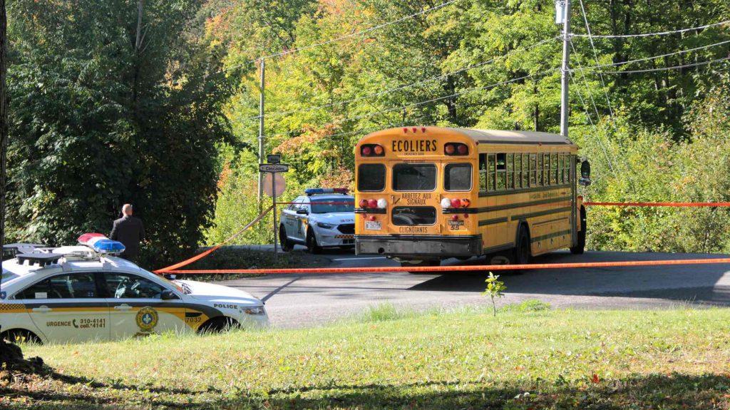 Un adolescent a eu un malaise alors qu'il était dans l'autobus scolaire, le matin du 27 septembre 2016. Photos par Alexandre Parent-Léveillé