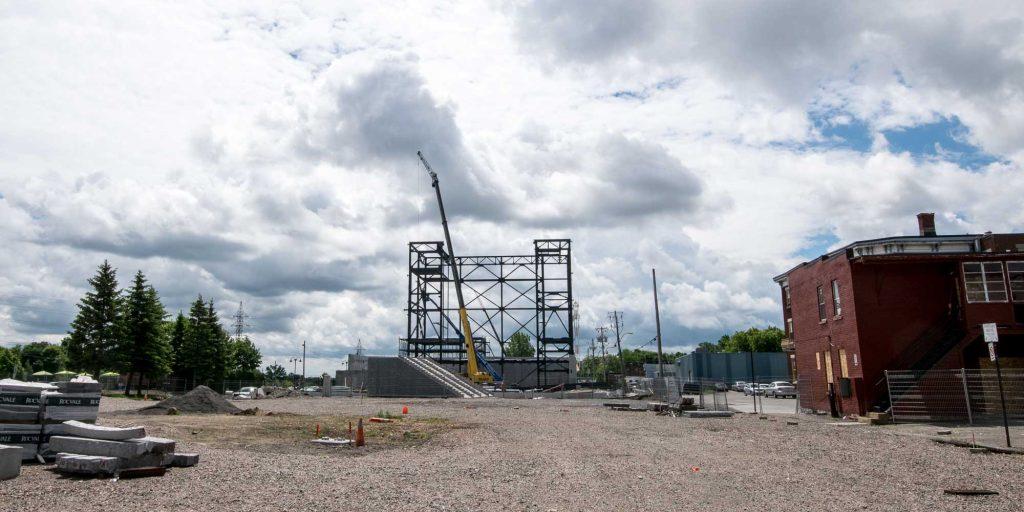 Le Théâtre Gilles Vigneault, alors qu'on amorçait l'installation de la structure d'acier, au début juin 2016.