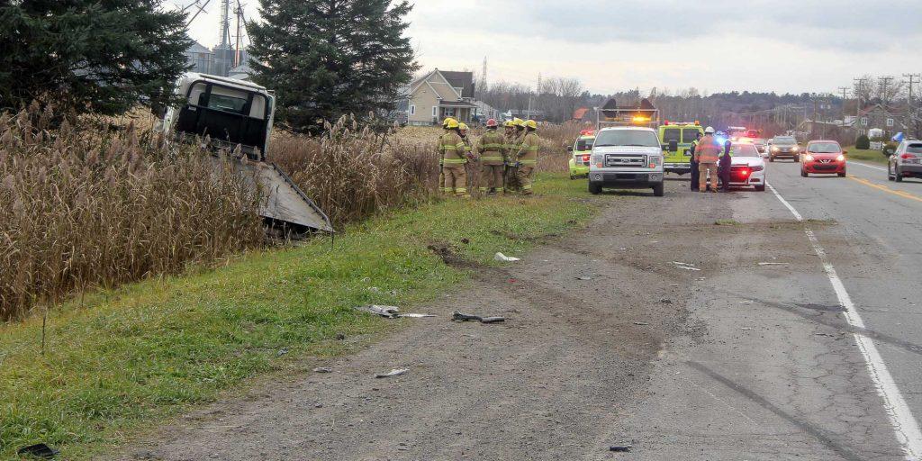 Une collision entre une remorque et une voiture est à l'origine de cette situation sur la route 158, dans le secteur de Saint-Canut à Mirabel, le 10 novembre 2016. Photos par Alexandre Parent Léveillé
