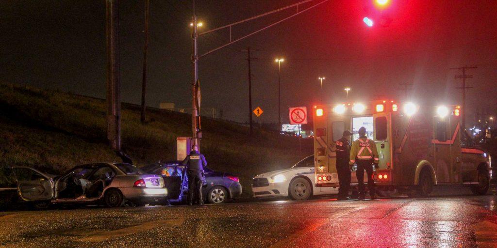 La police de Mirabel, les pompiers et les paramédics sont intervenus mercredi soir après un accident sur la rue Charles, à Mirabel le 16 novembre 2016. Photos par Alexandre Parent-Léveillé