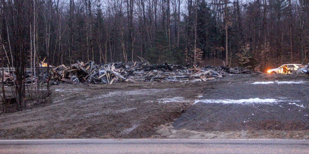 Les restes d'un incendie qui s'est déclaré dans une structure de bois près de la montée de l'Église, à Saint-Colomban, le 1er décembre 2016. Photo par Alexandre Parent-Léveillé