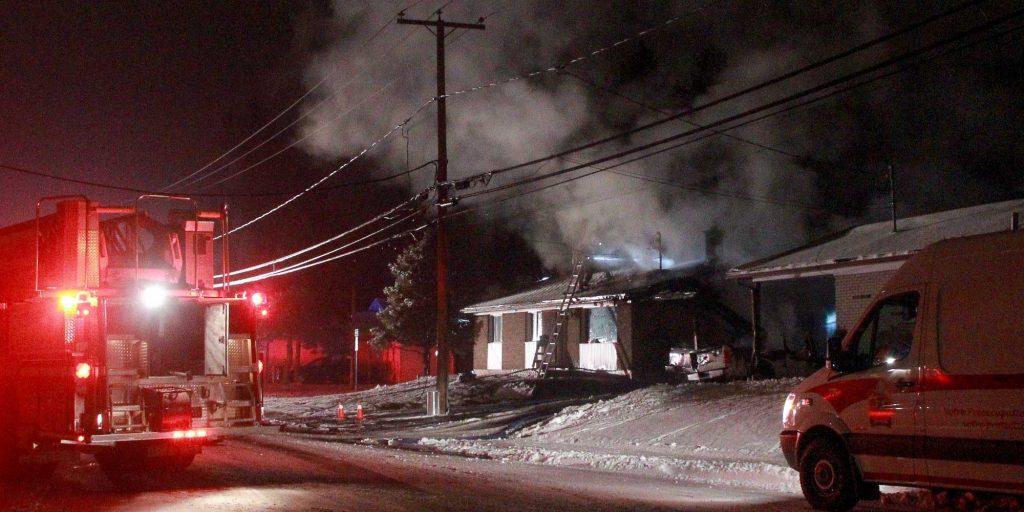 Un incendie a endommagé une maison du 1er boulevard, à Saint-Jérôme, le 6 décembre 2016. Photos de nuit par Alexandre Parent-Léveillé