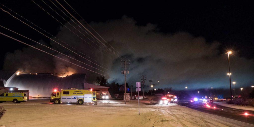 L'entrepôt de sciure de bois de l'entreprise Mirabûches était en flames, le soir du 10 décembre 2016, à Mirabel.
