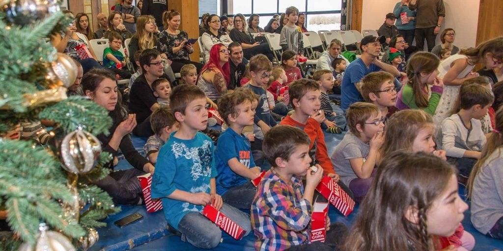 Les enfants étaient nombreux à attendre le Père Noël la Place des citoyens de Sainte-Adèle, le samedi 10 décembre 2016.