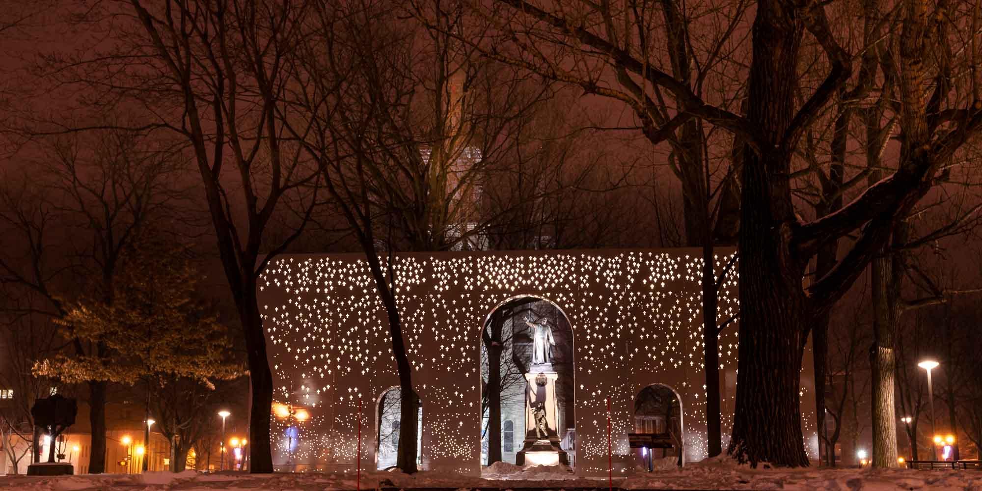 La Place du Curé-Labelle à la nuit tombée, le soir du 15 décembre 2016.