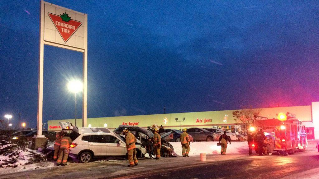 Une collision entre deux véhicules devant le Canadian Tire de Saint-Jérôme a mobilisé les pompiers, les policiers et les paramédics, l'après-midi du 16 décembre 2016. Photos par Alexandre Parent-Léveillé