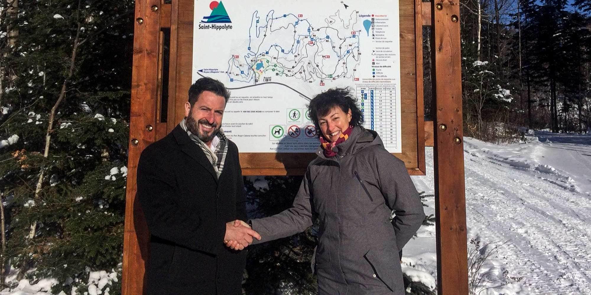 Le maire de Saint-Hippolyte Bruno Laroche et Manon Deslauriers, directrice générale des Centres d'activités physiques Rivière-du-Nord, au Centre de plein air Roger-Cabana, le 16 décembre 2016.