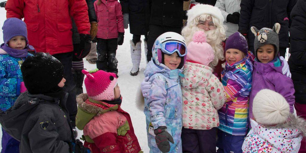 Le Père Noël est venu voir les enfants en hélicoptère, à Sainte-Adèle samedi.