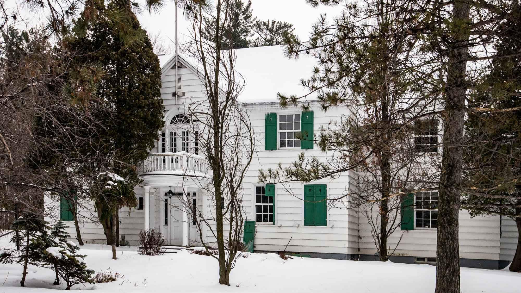 Cette maison, reconnue patrimoniale, a logé les directeurs de l'usine Rolland jusqu'en 1982. L'entente avec le promoteur vise à ce qu'elle soit conservée.
