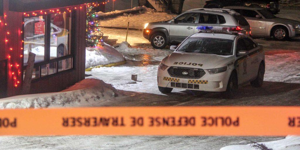 Les policiers de la Sûreté du Québec ont passé une partie de la soirée à proximité du Bar de la Vallée, le 28 décembre 2016. Photos par Alexandre Parent-Léveillé