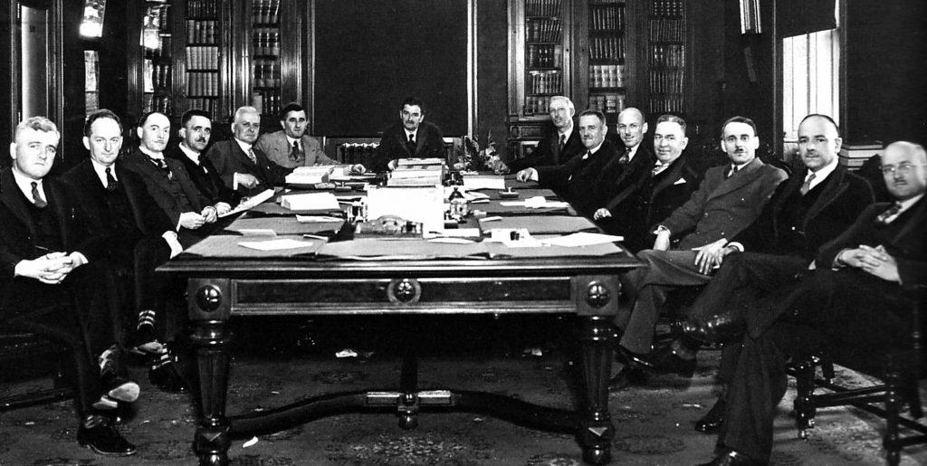 Le premier gouvernement de Maurice Duplessis, en 1936. Pour savoir qui est sur l'image, consulter Wikipédia.