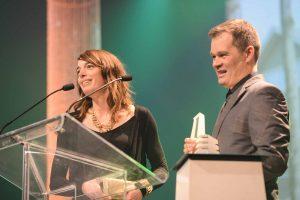 Julie Hudon et Robin Gauthier-Ouellette, copropriétaires d'Écohabitations boréales de Sainte-Adèle, reçoivent le prix Domus, au gala de l'APCHQ le 11 février 2017.