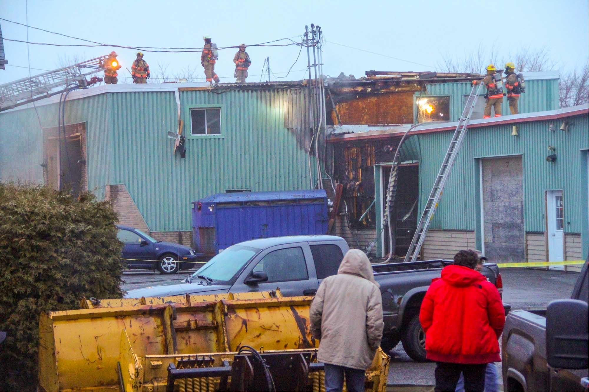 Après l'incendie, les pompiers de Saint-Jérôme ont inspecté les lieux, sur le toit de l'édifice de la rue Labelle, le 27 mars 2017.
