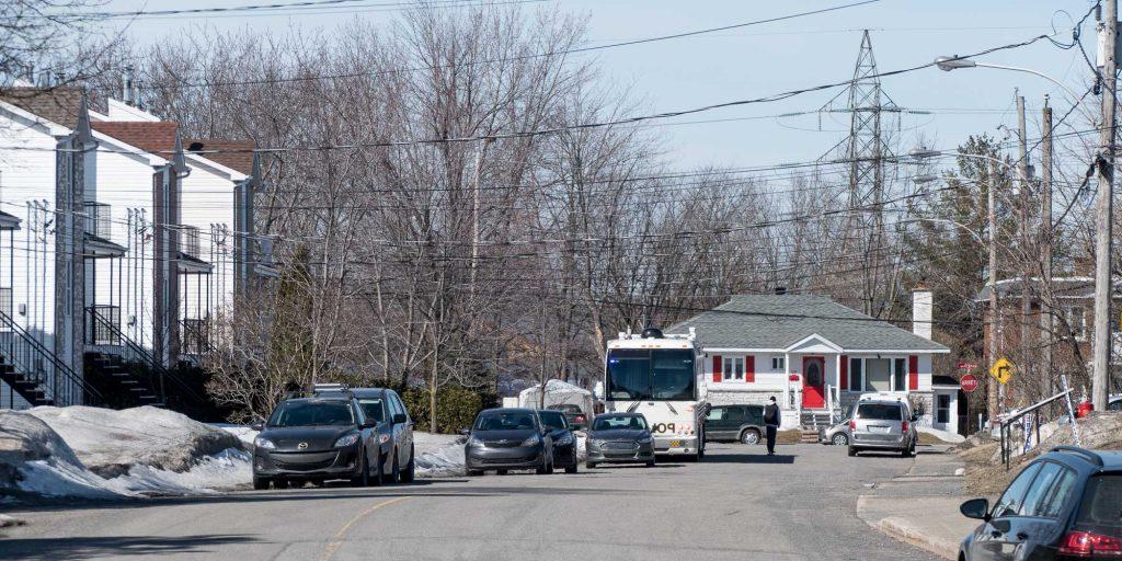 Un poste de commandement mobile de la Sûreté du Québec a été stationné toute la matinée sur la rue Leroux, à Saint-Jérôme le 3 avril 2017.