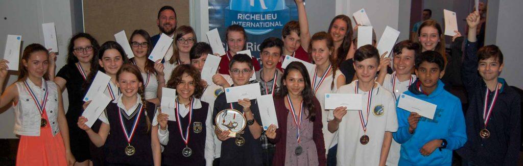 Le groupe des 21 gagnants des environs de Saint-Jérôme. Ils ont reçu des chèques de 50$, 100$ ou 150$ pour leur performance lors de la dictée.