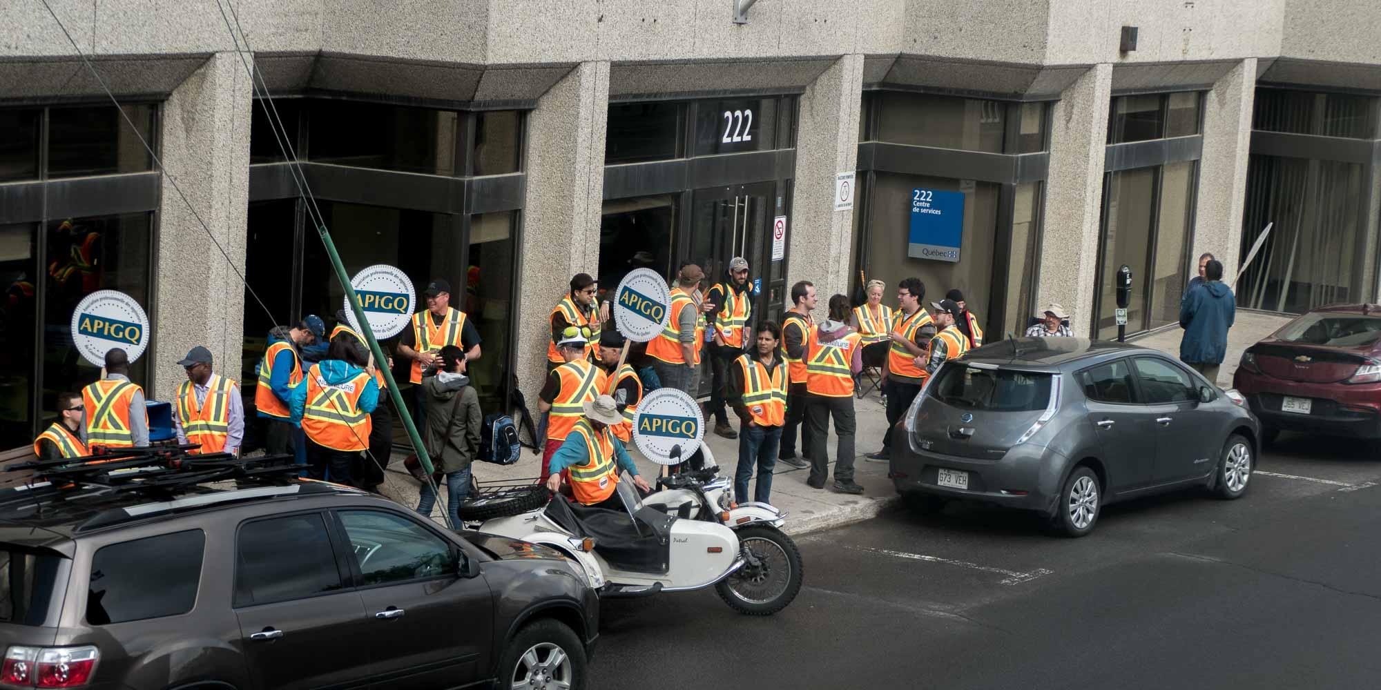Les membres de l'Association professionnelle des ingénieurs du gouvernement du Québec(APIGQ) en grève à Saint-Jérôme, devant les bureaux du ministère des Transports, le 31 mai 2017.