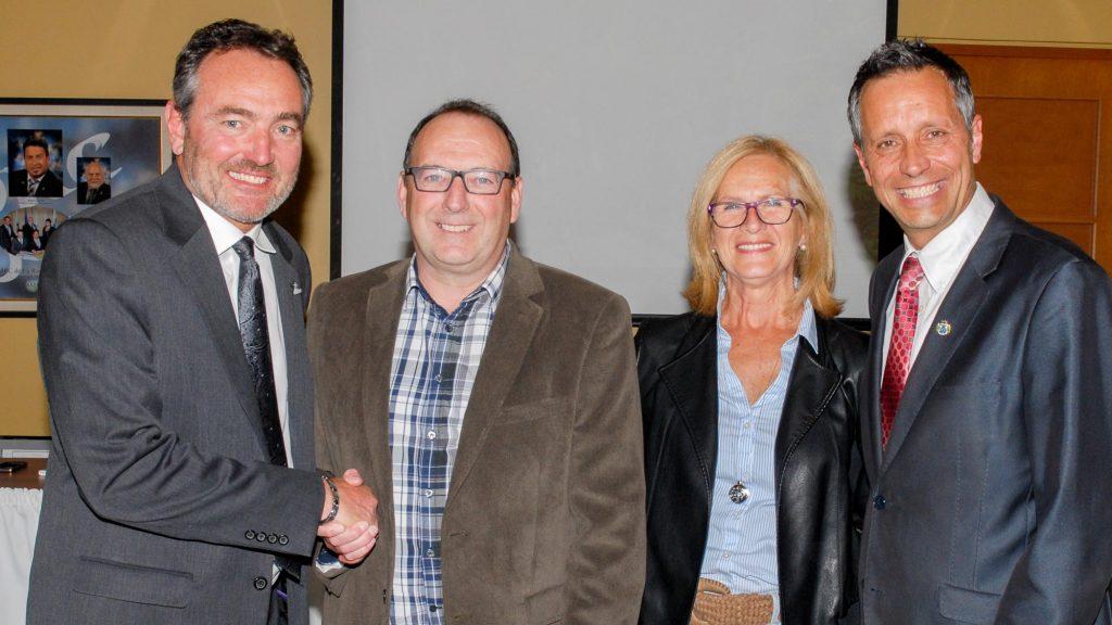 Le directeur général Yvan Patenaude en compagnie de Harold Larente et de son épouse Suzanne Dagenais, ainsi que le maire de Saint-Jérôme Stéphane Maher. photo par André Bernier