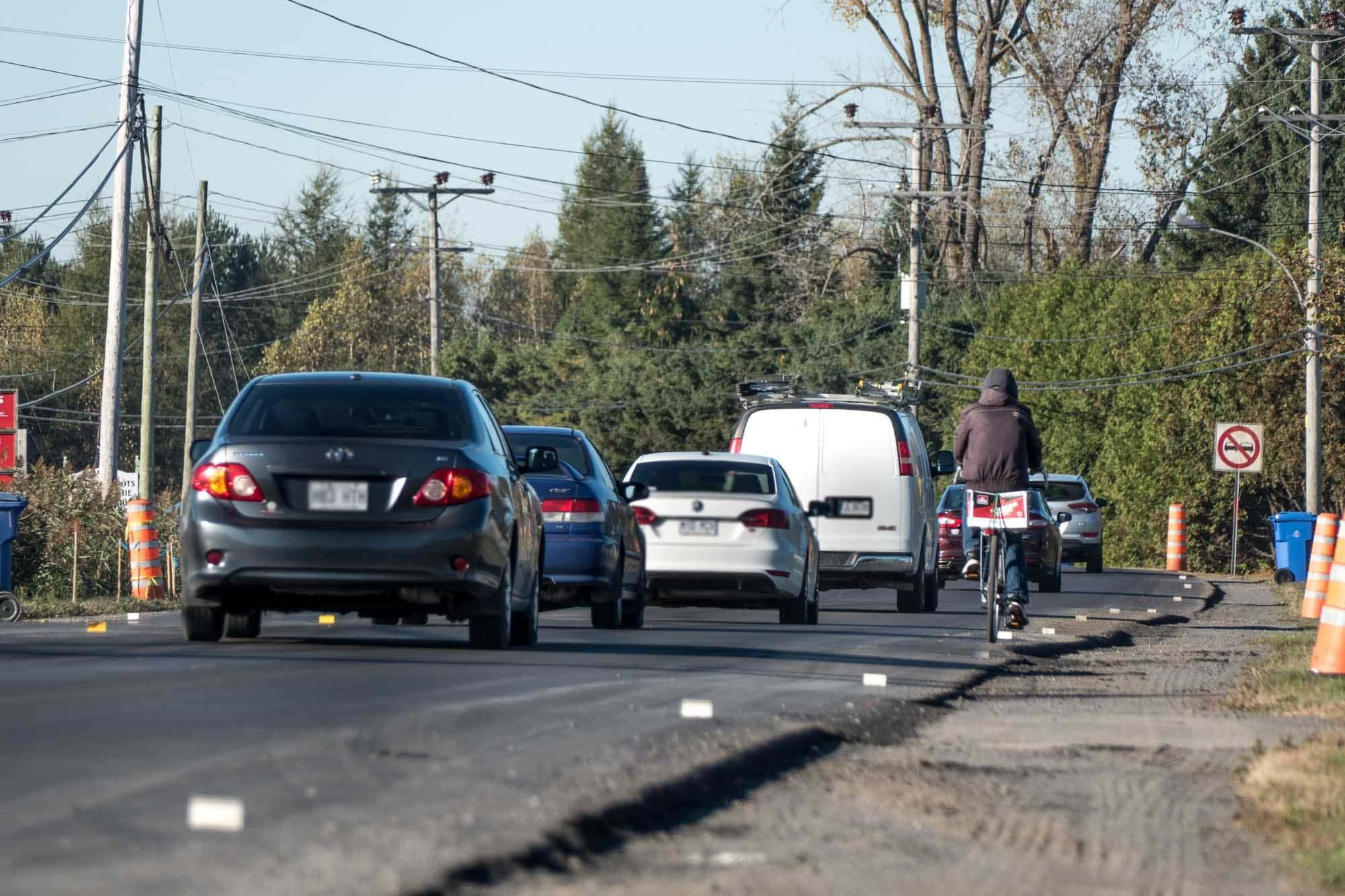 Faute de voies secondaires, les travaux sur la route 158 à Sainte-Sophie ont presque toujours des conséquences importantes sur la circulation des voitures, des camions... et des vélos.