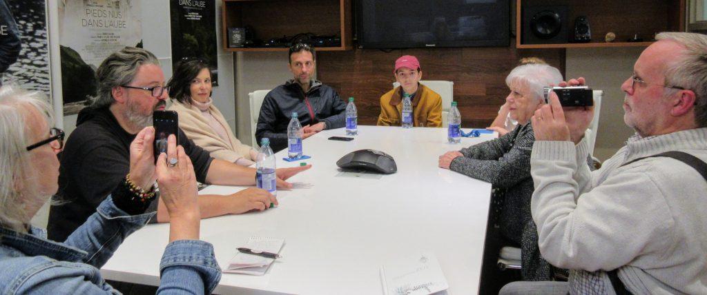 Le réalisateur Francis Leclerc en conférence de presse à Saint-Jérôme au sujet de son film Pieds nus dans l'aube accompagné du producteur et de quelques acteurs du film, le 22 octobre 2017.
