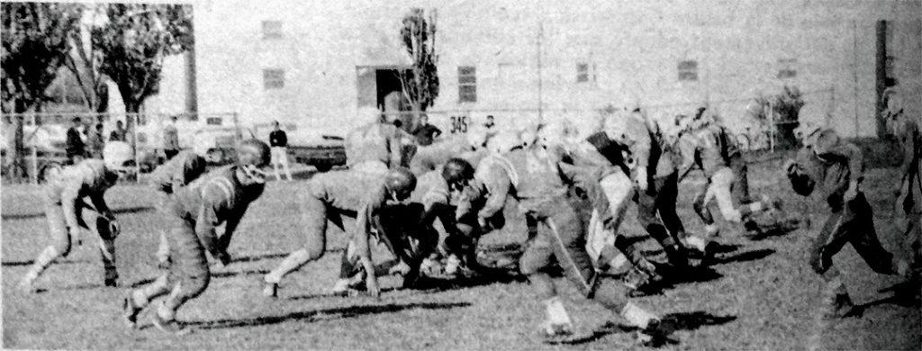 Une équipe de football à l'oeuvre au terrain Melançon dans les années 1960.