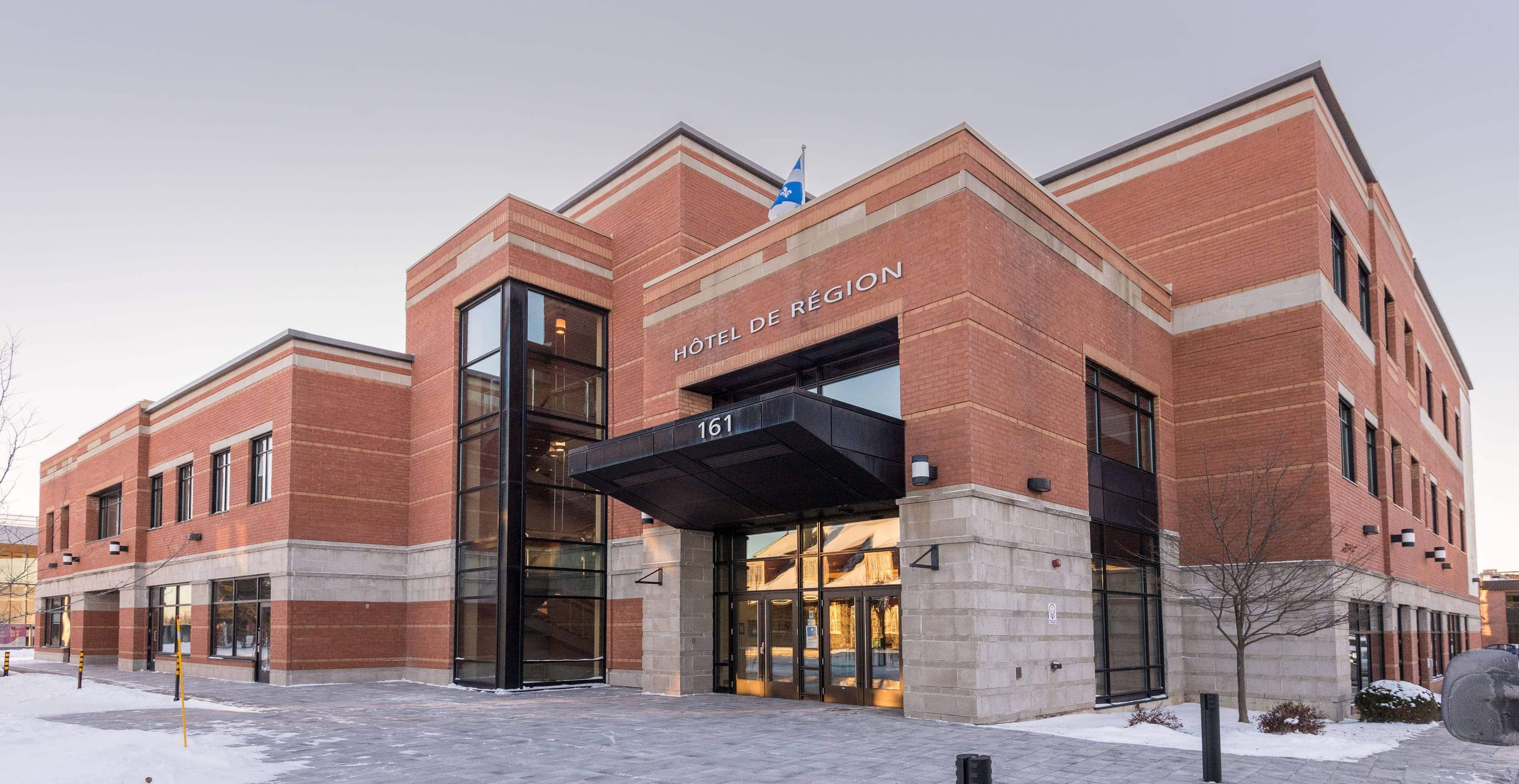 Une affiche à changer et Saint-Jérôme aura un nouvel hôtel de ville. Les assemblées du conseil municipal y ont déjà lieu depuis quelques années.