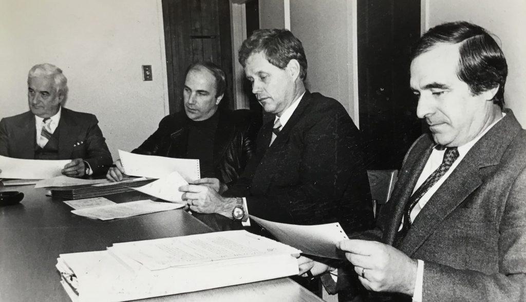 Au début des années 1980, on reconnaît au centre le directeur général de la Commission scolaire Saint-Jérôme, Yvon Robert, entouré du commissaire Ronald Piché, du président du conseil scolaire Raymond Cyr, et du directeur général adjoint Marcel Gibeault.
