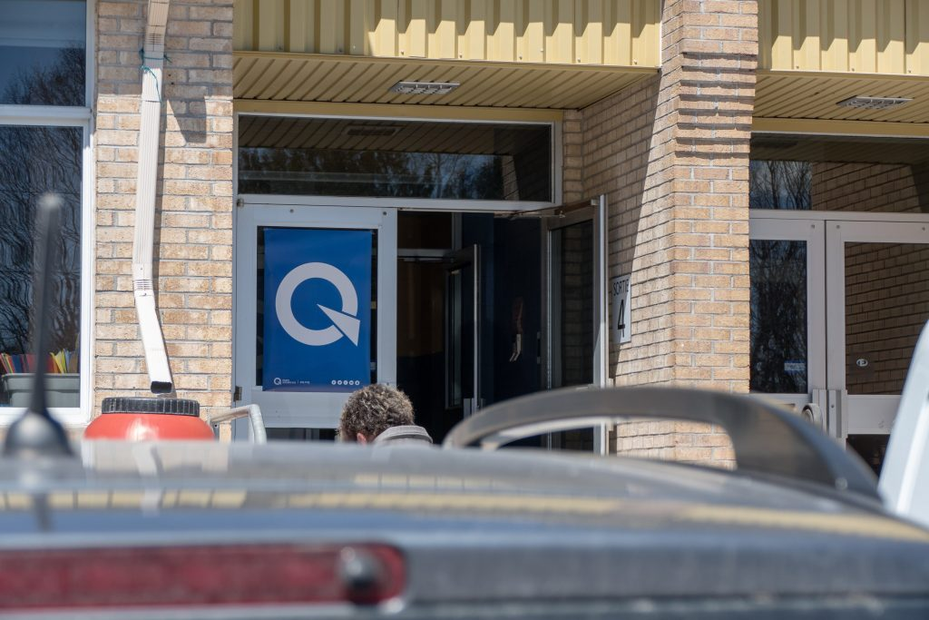 Le Q distinctif indiquait aux membres du parti l'option à choisir pour se rendre à l'intérieur.