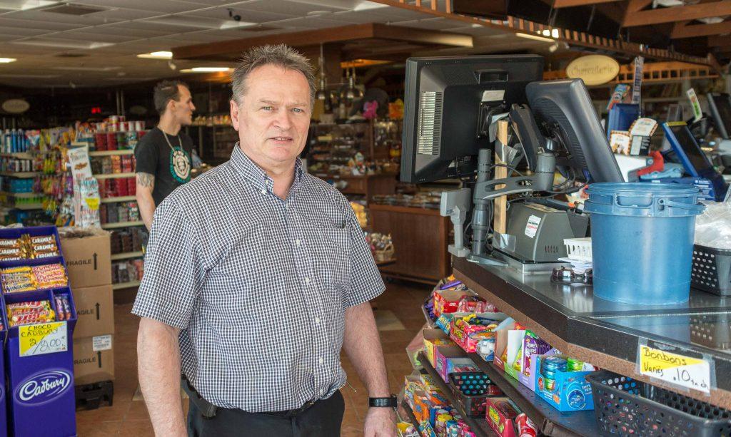 Jocelyn Dumoulin, propriétaire du dépanneur Au Toit Rouge, s'inquiétait de ses congélateurs. «On a une génératrice, mais on a bien hâte que le courant revienne, surtout que le magasin est sans éclairage. On fait comme tout le monde, on attend.»
