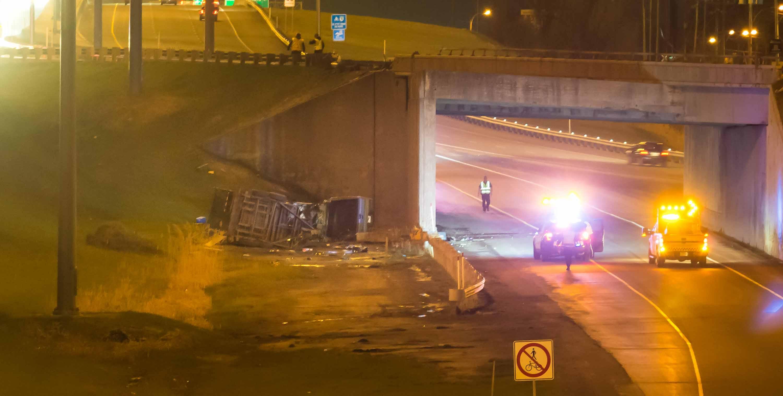 À gauche, les restes du véhicule impliqué dans l'accident du 11 mai 2018.