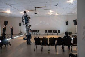 Une salle d'exposition transformée pour un soir seulement au Musée d'art contemporain des Laurentides.