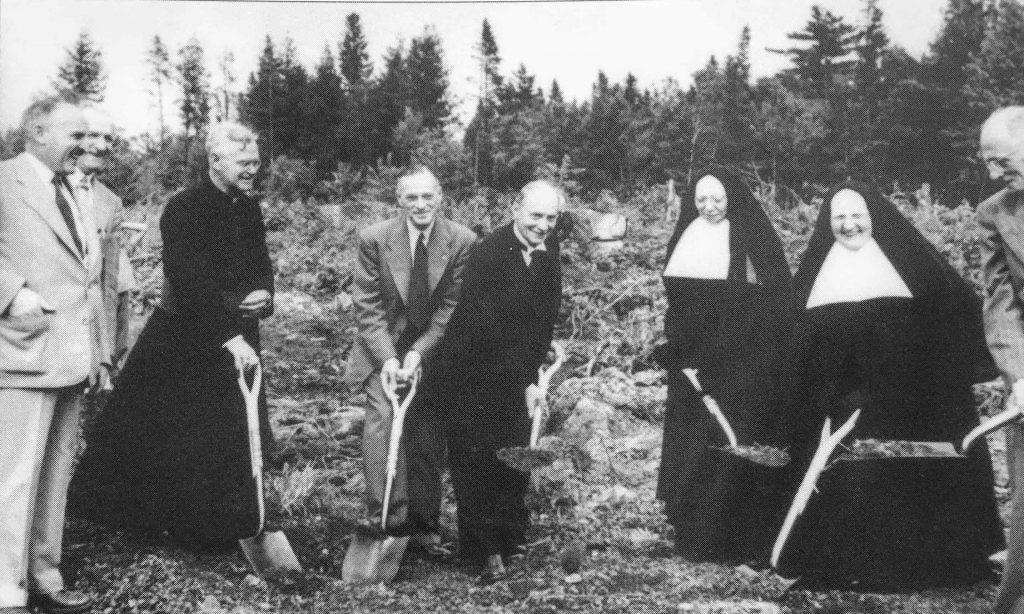 Pelletée de terre qui officialisait le début des travaux pour la construction d'un hôpital à Saint-Jérôme.