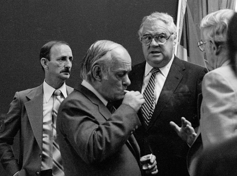 Comment résister à l'envie de prendre cette photo de René Lévesque. Je ne me souviens plus qui lui avait donné, mais le voici en train d'allumer une cigarette à partir d'une cigarette empruntée. Tout ça au beau milieu d'une salle remplie de monde, bien entendu, comme on le faisait encore sans arrière-pensée au début des années 1980. À gauche de l'image se trouve Michel Charbonneau, qui était alors conseiller municipal à Saint-Jérôme, On reconnaît à droite de Lévesque Bernard Parent, alors maire de la ville, et le profil de Robert Dean, qui était député du comté de Prévost.