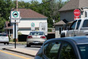 Des panneaux indiquent une interdiction de tourner à droite sur la rue Lamontagne à partir de Saint-Nicolas. L'inverse est aussi proscrit pour le trafic de transit dans ce secteur à caractère résidentiel.