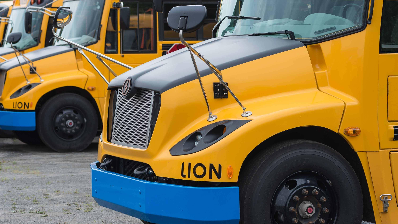 Le pare-choc bleu distinctif permet d'identifier facilement le bus scolaire électrique de la compagnie.