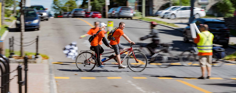 Tout au long du parcours, les cyclistes participants ont pu compter sur les encouragements de bénévoles et d'accompagnateurs pour assurer leur sécurité et les ravitaillements.