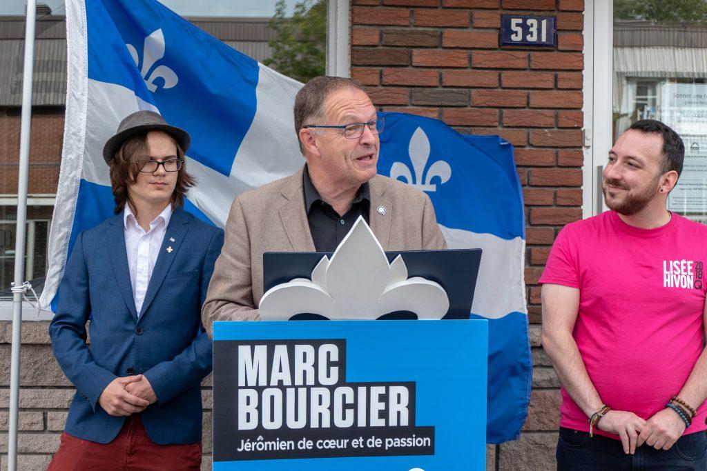 Marc Bourcier, candidat du Parti québécois et député sortant de Saint-Jérôme, devant Hébergement Fleur de Macadam, sur la rue Labelle à Saint-Jérôme, le 12 septembre 2018.