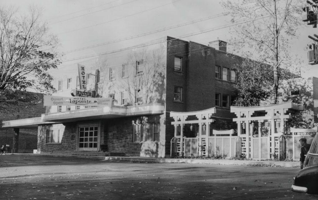 L'hôtel Lapointe vu de la rue Saint-Georges. Si vous reconnaissez le petit garçon, écrivez-nous à topo@topolocal.ca.