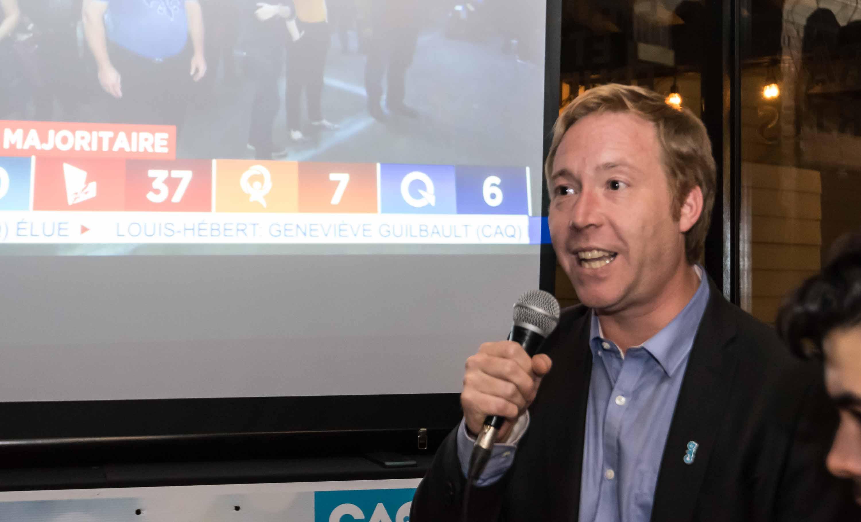 En à peine 12 minutes, Youri Chassin a d'abord vu les réseaux de télévision confirmer sa victoire dans Saint-Jérôme, puis annoncer l'élection d'une majorité caquiste.