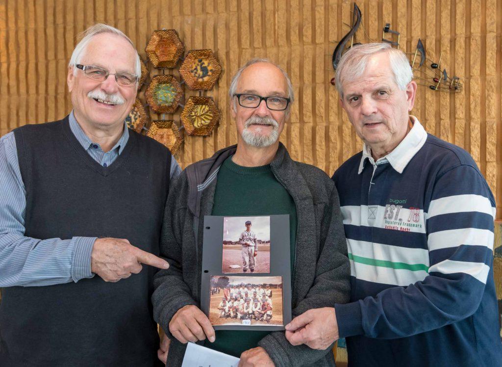 En 1964, l'équipe des petites ligues de baseball de Saint-Jérôme se rend disputer le championnat du nord-est de l'Amérique du Nord à Rome, dans l'état de New-York. Jacques Charbonneau ( à gauche ) est recruté pour conduire l'autobus scolaire prêté par Roland Godard. Se joignent à lui le lanceur gaucher François St-Michel et le receveur Yves Saint-Pierre, heureux de poser ensemble 54 ans plus tard.